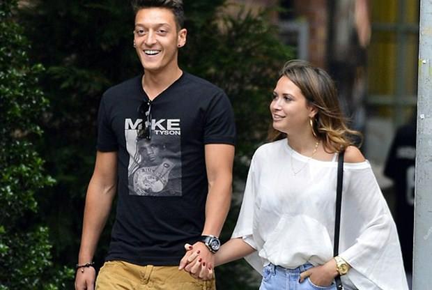 Mesut Özil'den şarkıcı sevgilisiyle aşk pozu!