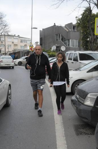 Reha Muhtar kızı ile yürüyüşte