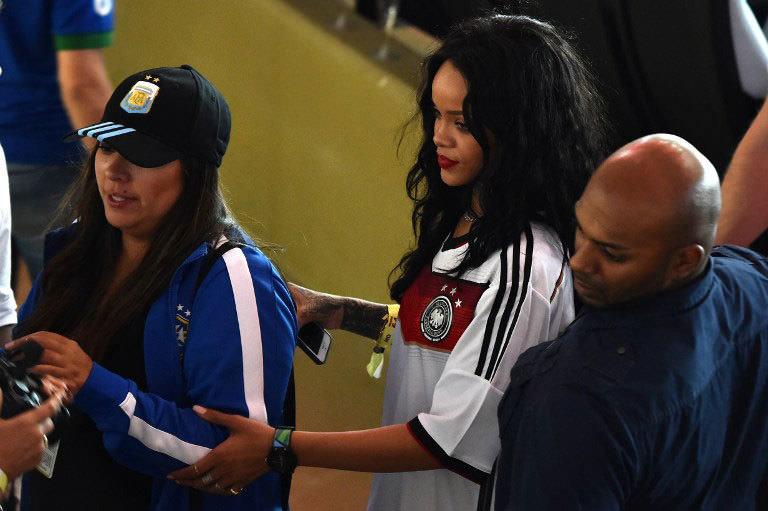 Rihanna finalde soyundu