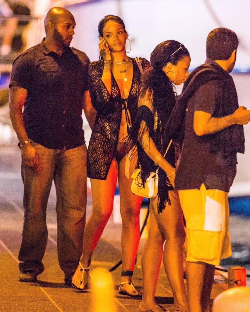 Rihanna'nın parti kıyafeti şaşırttı