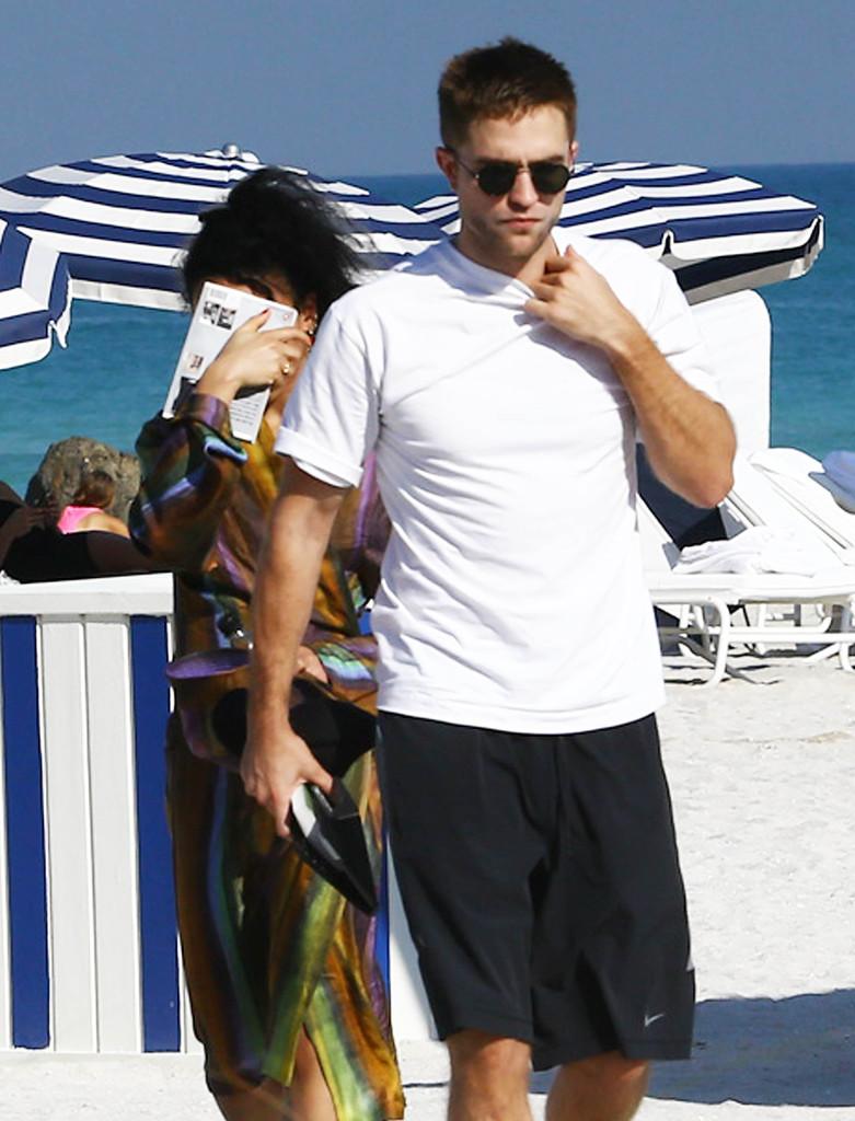 Robert Pattinson ve sevgili FKA Twigs yüzünü gizledi