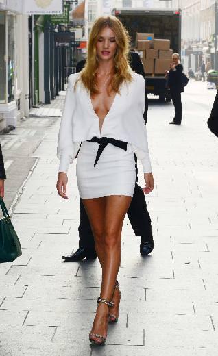 Rosie Huntington Whiteley beyazları giydi