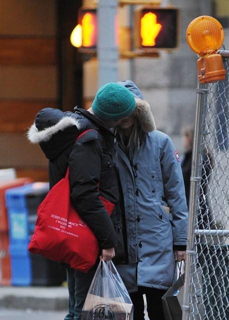 Sokak ortasında bol bol öpüştüler