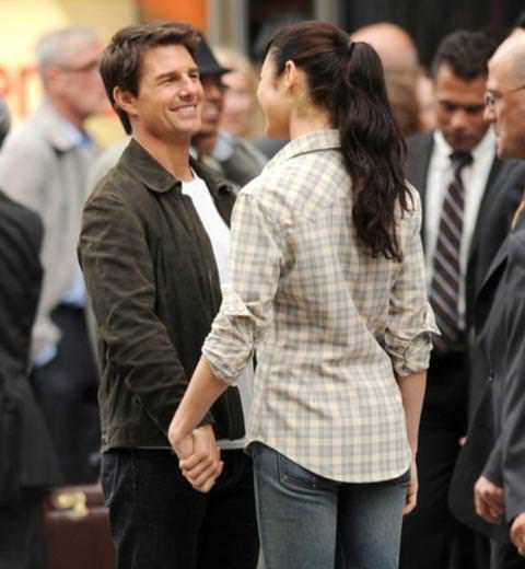Tom Cruise gözlerini Olga Kurylenko'dan alamadı