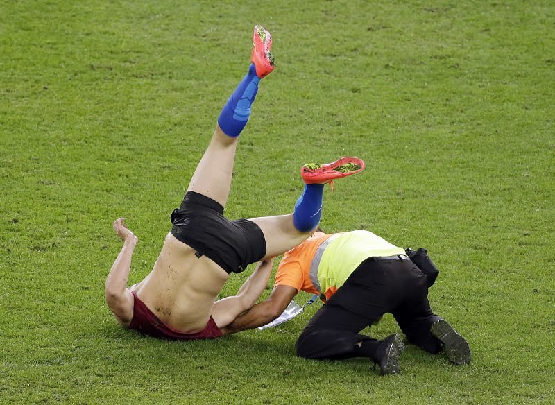 Dünya Kupası finalinde sahaya taraftar girdi