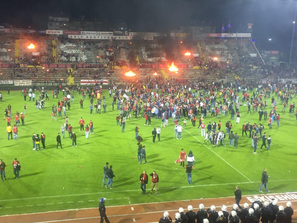 Болельщики Эскишехирспора подожгли стадион после вылета команды из Суперлиги - изображение 1