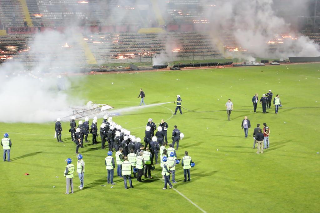Болельщики Эскишехирспора подожгли стадион после вылета команды из Суперлиги - изображение 8
