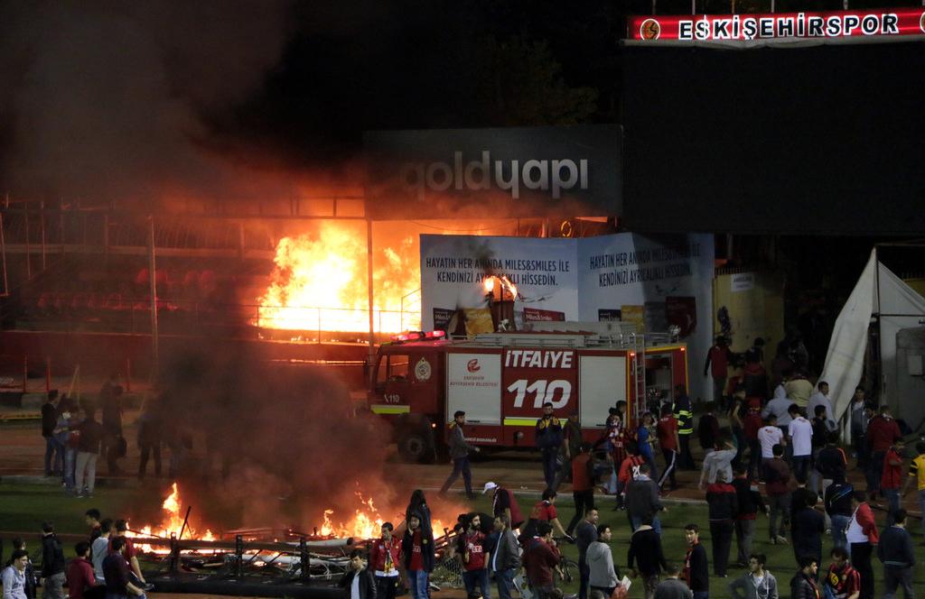 Болельщики Эскишехирспора подожгли стадион после вылета команды из Суперлиги - изображение 7