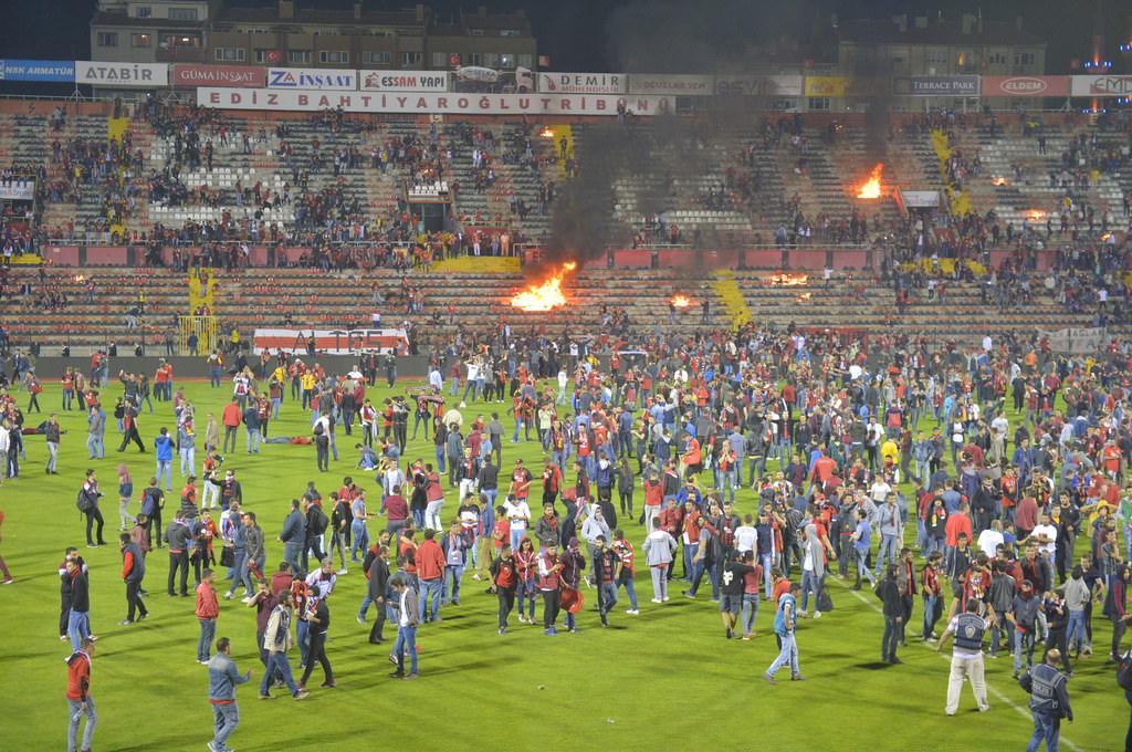 Болельщики Эскишехирспора подожгли стадион после вылета команды из Суперлиги - изображение 3