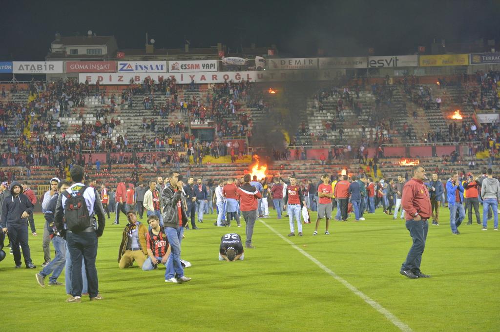 Болельщики Эскишехирспора подожгли стадион после вылета команды из Суперлиги - изображение 4