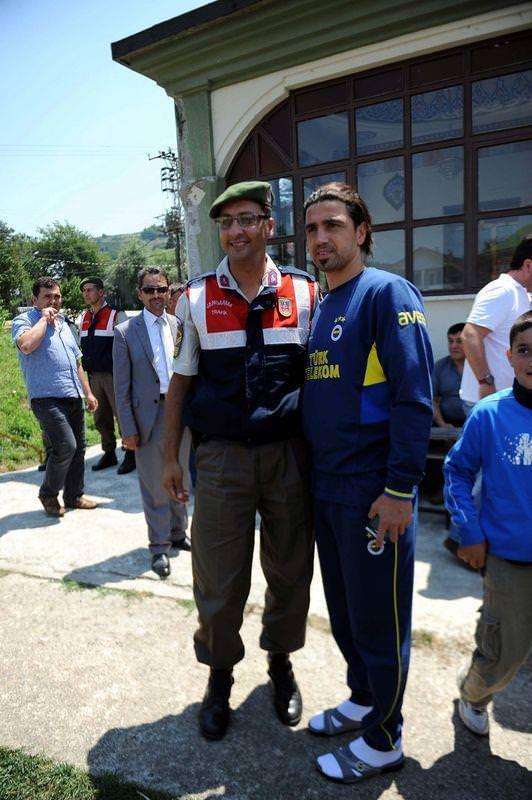 F.Bahçeli futbolcular Cuma Namazı'nı köy camisinde kıldı