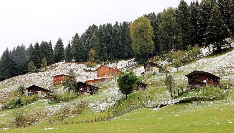 Ayder Yaylası'na yılın ilk karı yağdı