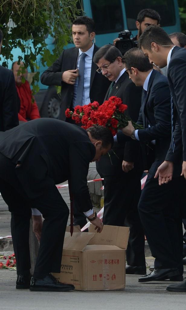 Başbakan katliam yerine karanfil bıraktı