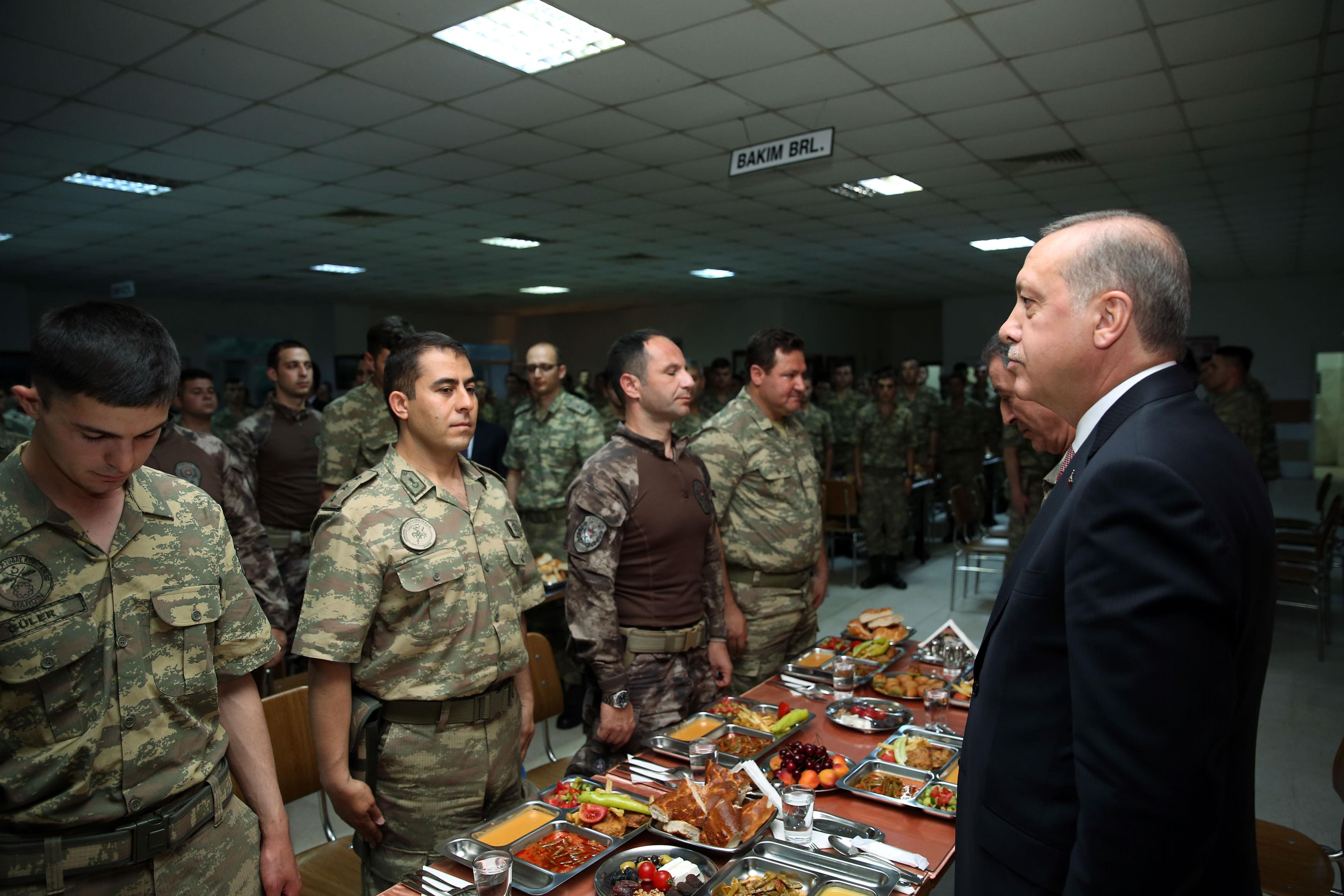 Cumhurbaşkanı Erdoğan Mehmetçiklerle birlikte iftar yaptı