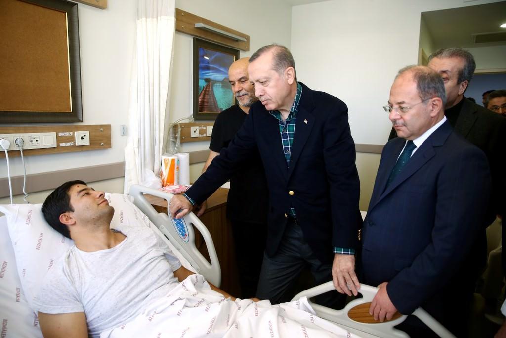 Cumhurbaşkanı Erdoğan yaralı polisleri ziyaret etti