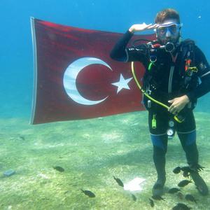 Deniz dibinde Türk bayrağı açtılar
