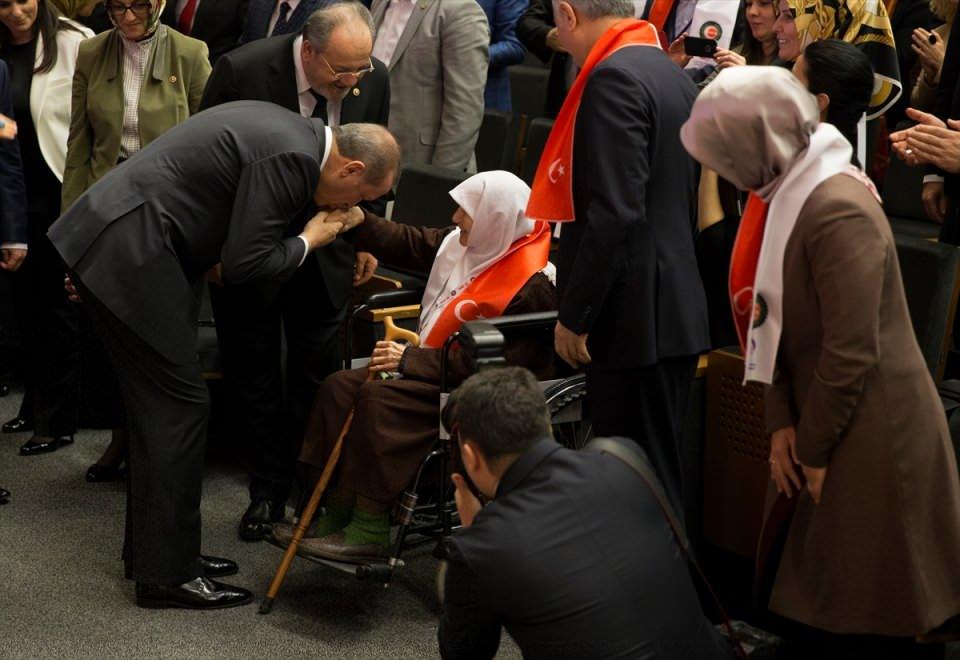 Erdoğan: Annelerin ayaklarının altı öpülür, ben öptüm