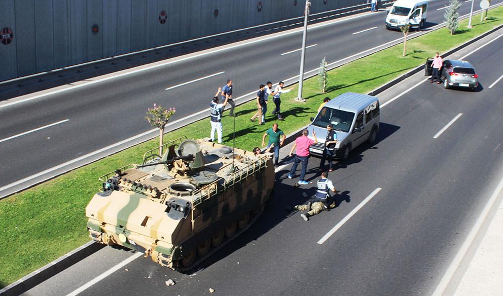 Malatya'da askeri linçten polis kurtardı