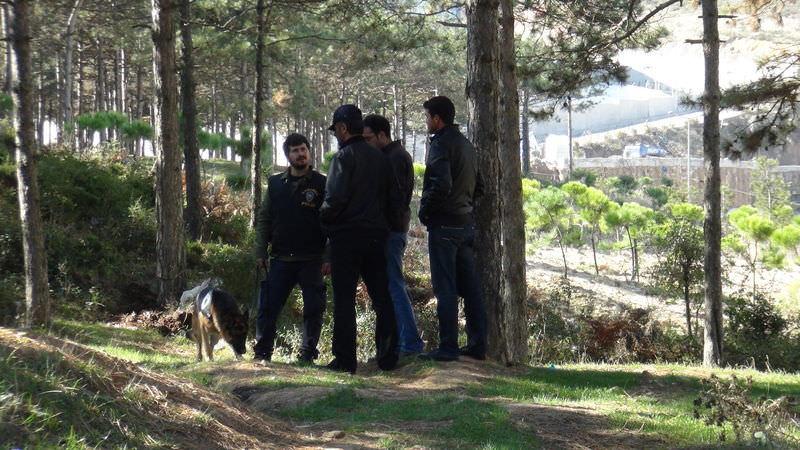 Polis, ormanda kazı yapıyor