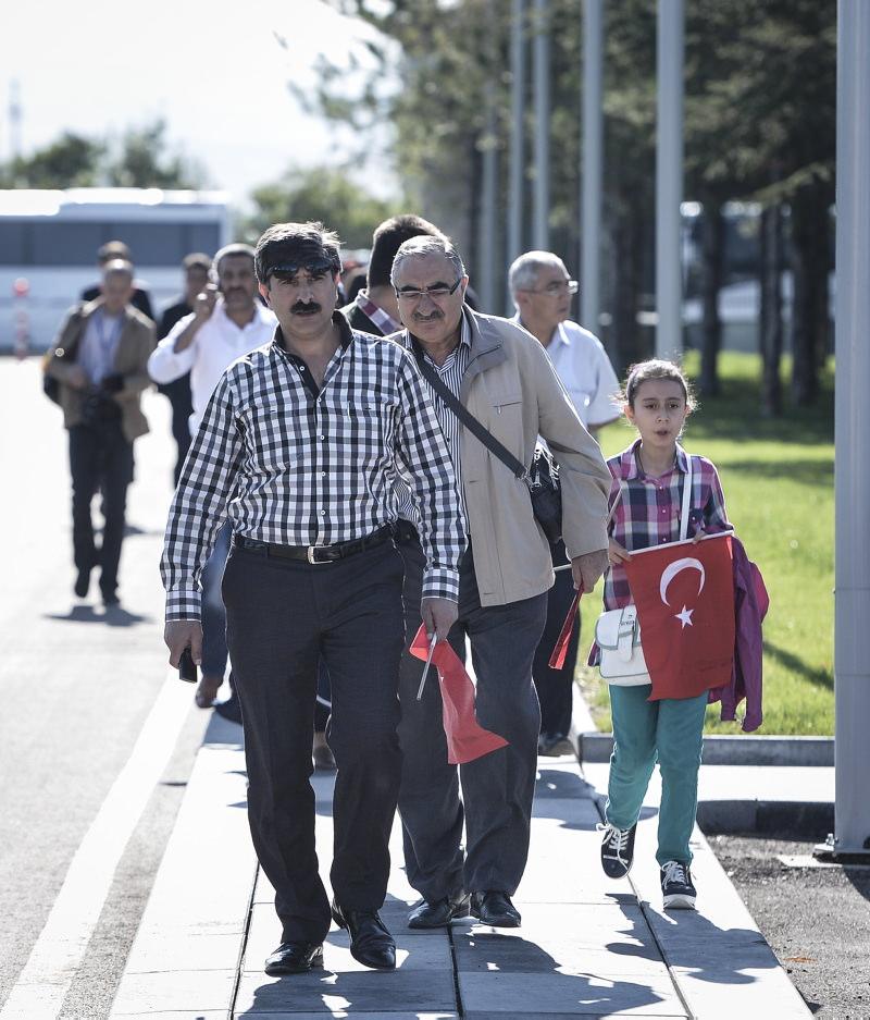Rehinelerin aileleri havaalanına koştu