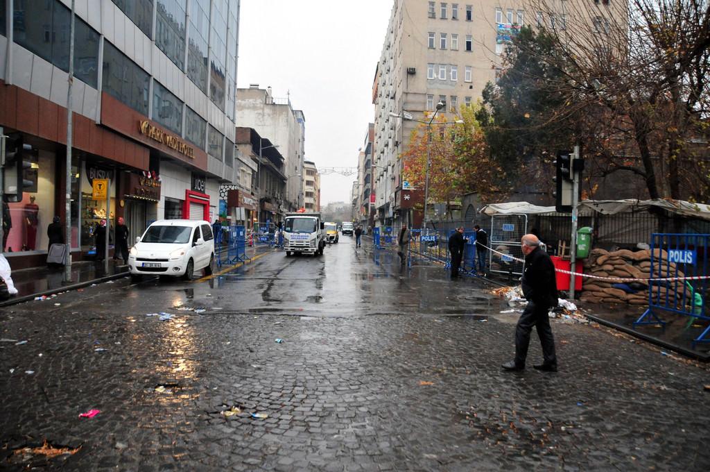 Sur'da bir caddede sokağa çıkma yasağı kaldırıldı!