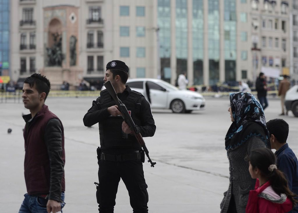Taksim'de polis noktasına ateş açıldı