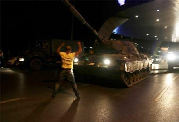 Tankın önünde duran vatandaş o anları anlattı!