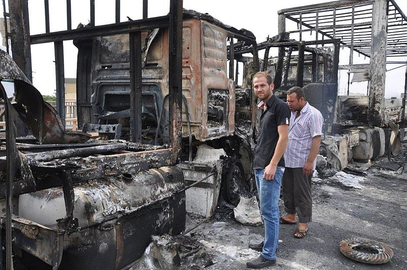 Teröristler yol kesip 5 tır yaktı!
