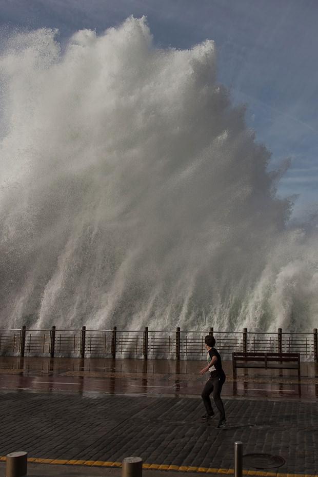 9 metrelik dev dalgalar görenleri şaşırttı!