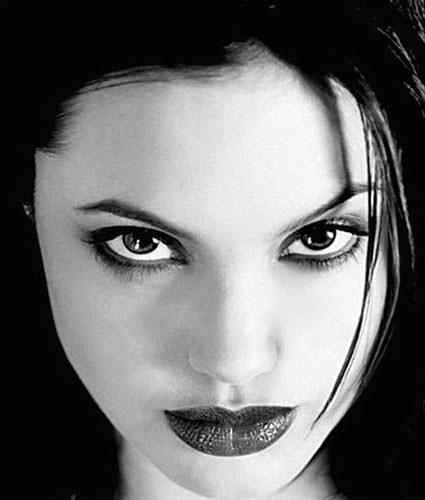 Angelina Jolie 20 yaşında