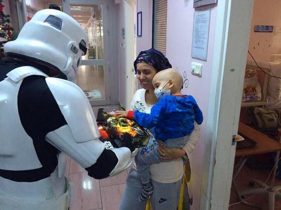 Darth Vader çocuklara hediye dağıttı