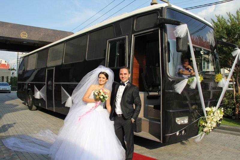 Düğün otobüsü trafiği renklendirdi