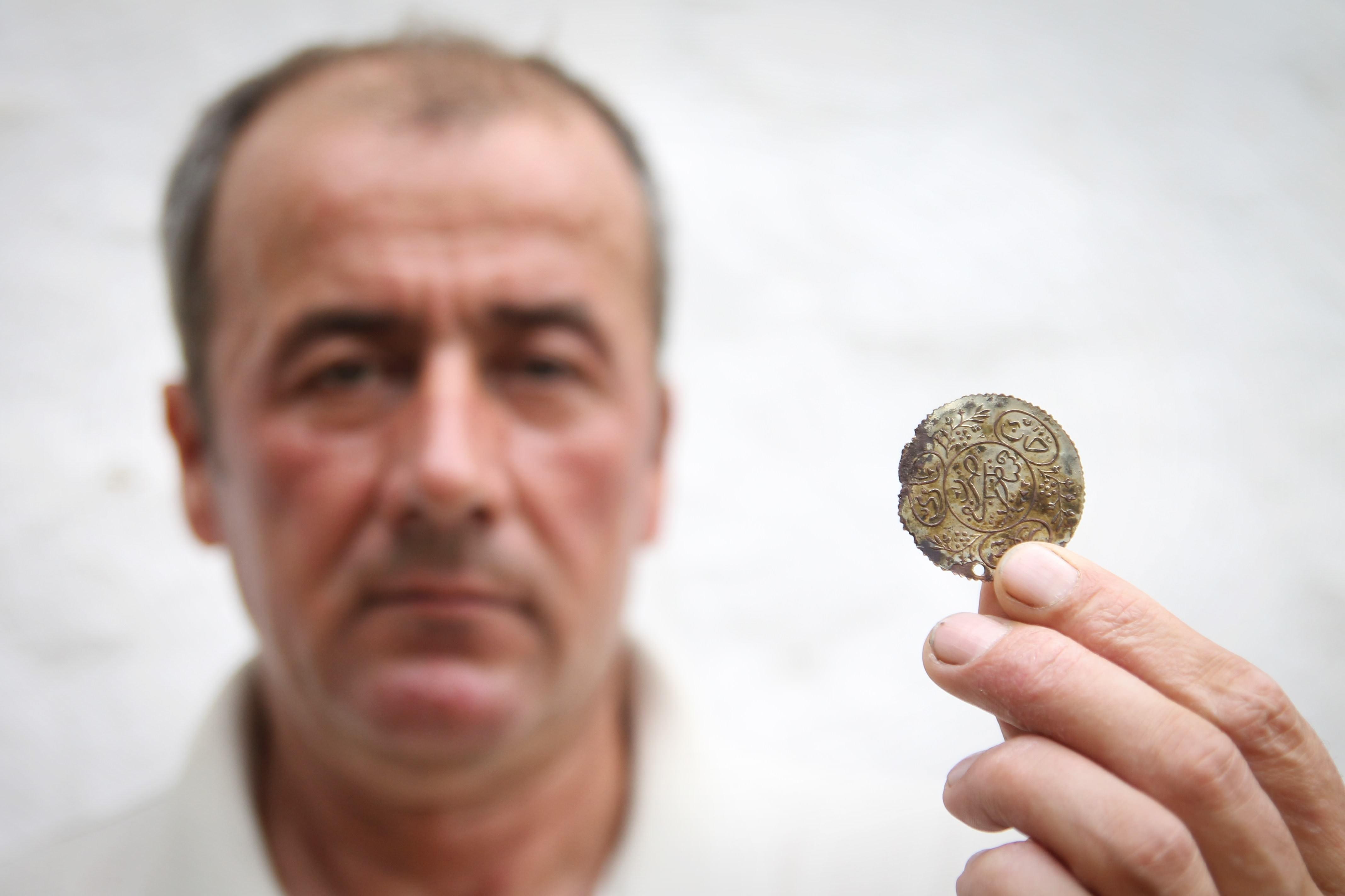 Evinin temelinde Osmanlı sikkesi buldu