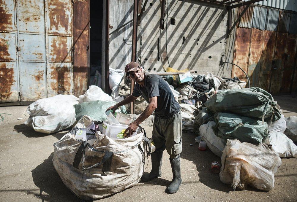 Gazze'de plastik atıklardan hasır üretimi