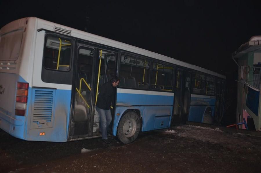 Halk otobüsü bahçe duvarında asılı kaldı