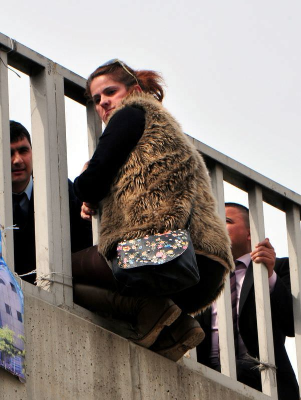 İntihar eden kadını kıyafetinden yakaladı