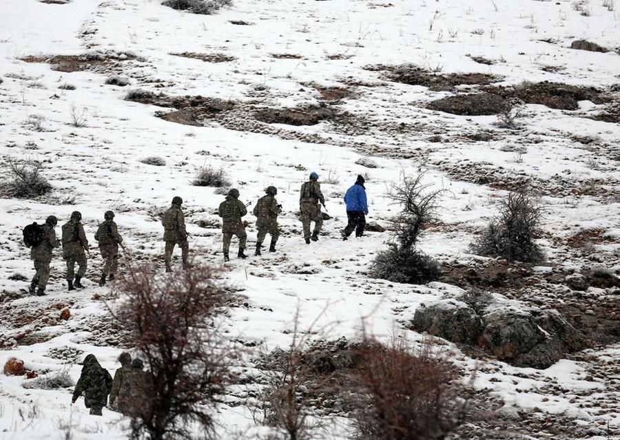 Jandarma düşen uçakların enkazını topluyor