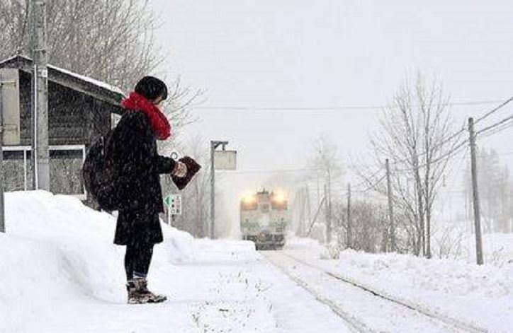 Koca tren sadece onun için geliyor!