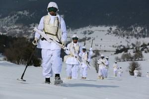 Komandoların nefes kesen kış eğitimi