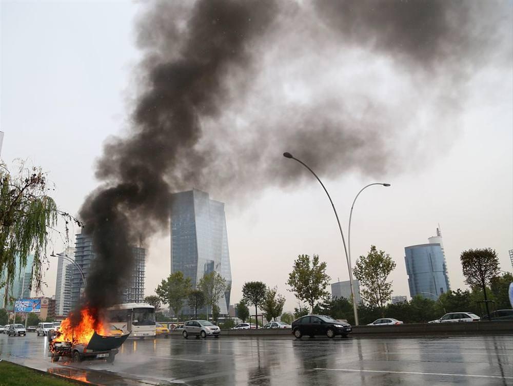 """Seyir halindeki otomobil """"alev alev"""" yandı"""
