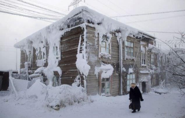 Yakutistan'da aşırı soğuklardan hayat dondu