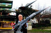 Evinin bah�esine F-16 maketi yapt�
