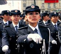 4 bin 500 euroluk maa� 10 bini a�k�n polisi s�nav kuyru�una soktu