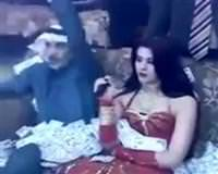 Arap �eyhleri b�yle e�leniyor! <font color=red><blink>V�DEO</blink></font>