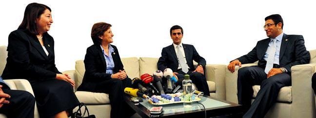 AK Parti ve CHP aras�nda tatl�-sert bayram at��mas�