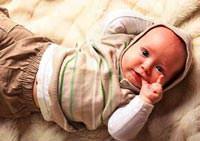 Anne sütüyle beslenen bebek parmağını emmez