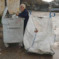 Asker oğluna harçlık göndermek için çöpten atık topluyor