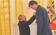 Putin, 2.18'lik sporcuya zor uzandı!