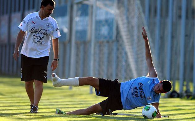 In Pictures: Fabricio Formiliano trains with Uruguays U20 squad despite having a broken leg