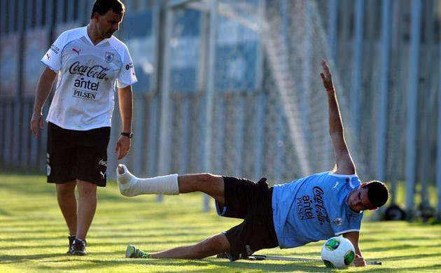 In Pictures: Fabricio Formiliano trains with Uruguays U20 squad despite having a broken leg